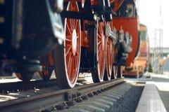 Hjulen av den gamla tunga lokomotivet arkivbilder