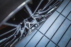 Hjulet av en lyxig supercar arkivfoton