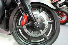 Hjulet av Moto Guzzi MGX 21 som visas på MOTO-SHOWEN i Cracow Polen Royaltyfri Foto