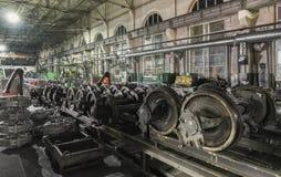 Hjulet shoppar medelreparationsstationen Många gammalt wheelsetanseende på stången som förbereder sig att reparera Royaltyfri Bild