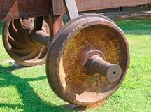 Hjulet täckte med rost från bilen av den gamla järnvägen royaltyfri foto