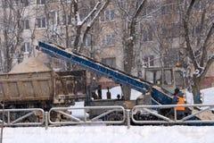 Hjulladdarmaskin som tar bort insnöad vinter royaltyfri fotografi