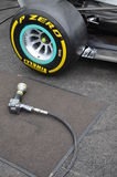 Hjulvapen som är klart för bruk på en bil för formel en Arkivfoto