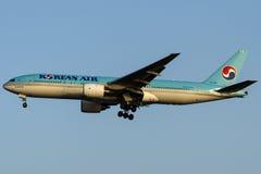 HL7526韩航,波音777-2B5 (ER) 免版税库存图片
