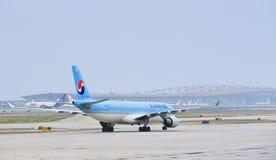 HL7524,空中客车A330-322,在北京首都国际机场的大韩航空 免版税库存图片