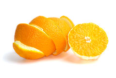 Hälfte einer Orange und der einiger Schale Lizenzfreie Stockbilder