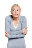 Hälfte-langes Porträt der einfrierenden Frau Lizenzfreie Stockfotos