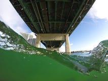 Hälfte versenktes Bild mit einer Brücke Stockbild