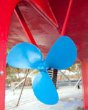 Hélice azul do sailboat em uma casca vermelha Imagem de Stock Royalty Free