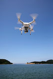 Hélicoptère blanc de quadruple de bourdon Images stock