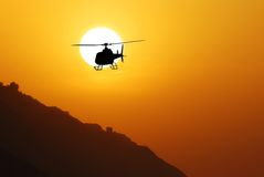 Hélicoptère contre le soleil Photographie stock libre de droits