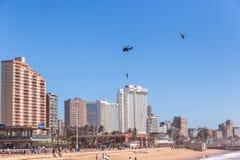 Hélicoptère de transport aérien de vol de corde attaché par soldats Photographie stock libre de droits