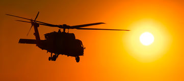 Hélicoptère H-60 au coucher du soleil Images libres de droits