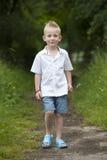 Hlidays do verão: rapaz pequeno na madeira Fotografia de Stock Royalty Free