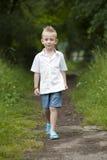Hlidays do verão: rapaz pequeno na madeira Imagem de Stock