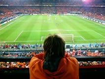 Hålla ögonen på en fotbolllek Arkivbilder
