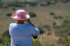 hålla ögonen på för fågelturist Fotografering för Bildbyråer