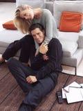 hålla ögonen på för tv för par lyckligt Royaltyfri Fotografi