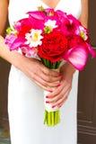 Hållande bukett för brud av blandade blommor Royaltyfria Bilder
