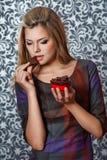 Hållande choklad för kvinna Arkivfoton