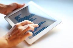 Hållande digital tablet för affärskvinna Arkivfoton