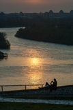 Hållande ögonen på solnedgång 01 för barnpar Arkivfoto
