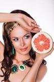 Hållande halva för härlig brunett av den nya grapefrukten - preferens av sund mat Arkivfoton