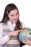 Hållande jordklot för lycklig skolaflicka Arkivfoton