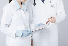Hållande kardiogram för sjuksköterska- och mandoktor Royaltyfri Foto