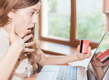 Hållande kreditkort för härlig lyckad kvinna och shopping till och med bärbara datorn Arkivbilder