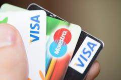 Hållande kreditkortar visum och maestror för man Royaltyfri Bild