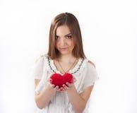 Hållande leksakhjärta för ung kvinna Fotografering för Bildbyråer