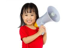 Hållande megafon för asiatisk kinesisk liten flicka Royaltyfri Foto
