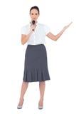 Hållande mikrofon för fridsam presentatör Arkivfoto