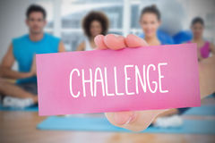 Hållande rosa kort för kvinna som säger utmaning Arkivfoton