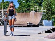 Hållande skateboard för tonårig flicka Royaltyfri Fotografi