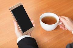 Hållande smartphone för affärskvinna Arkivfoton