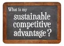 Hållbart konkurrensfördelbegrepp på svart tavla Royaltyfria Bilder