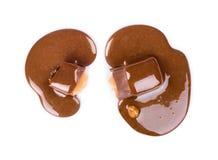 Hälld sirap för chokladgodisar Arkivfoto