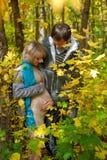 HLove härliga unga gravida par Arkivfoton