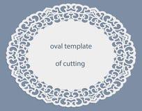 Hälsningkort med den openwork ovala gränsen, pappers- doily under kakan, mall för att klippa som gifta sig inbjudan, dekorativ pl Royaltyfria Foton