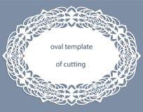 Hälsningkort med den openwork ovala gränsen, pappers- doily under kakan, mall för att klippa som gifta sig inbjudan, dekorativ pl Arkivfoton
