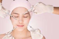 Hälso- och skönhetbegrepp - härlig kvinna som har att föryngra injektionen mot skrynklorna Royaltyfri Bild