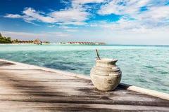 Hölzerne Anlegestelle in Richtung zu einer kleinen Insel in Malediven Stockfotografie