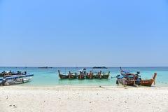 Hölzerne Boote des langen Schwanzes auf dem Strand Stockbild