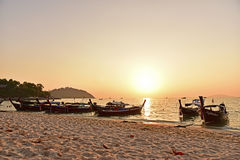 Hölzerne Boote des langen Schwanzes auf dem Strand Stockfoto