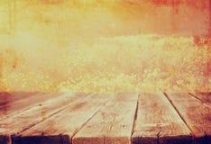 Hölzerne Bretttabelle vor Sommerlandschaft mit Blendenfleck Stockfoto