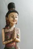 Hölzerne Frauenstatue der thailändischen Art Lizenzfreie Stockfotografie