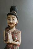 Hölzerne Frauenstatue der thailändischen Art Lizenzfreies Stockbild