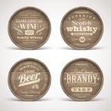 Hölzerne Fässer mit Alkohol trinkt Embleme Stockfotos